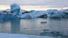 Drijvende ijsbergen in het ijzige meer Jokulsarlon stock videobeelden