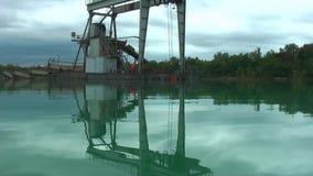 Drijvende installatie voor de extractie van kiezelstenen stock videobeelden