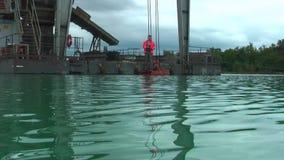 Drijvende installatie voor de extractie van kiezelstenen stock footage