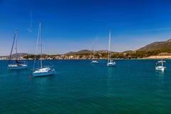 Drijvende jachten in de haven van Portalen Nous Royalty-vrije Stock Foto