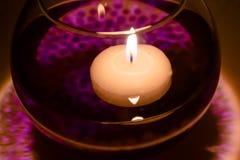 Drijvende kaarsen in een pot met water Royalty-vrije Stock Foto