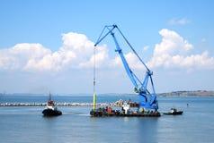 Drijvende kraan en mariene sleepboot Royalty-vrije Stock Foto