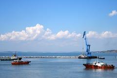 Drijvende kraan en mariene sleepboot Stock Fotografie
