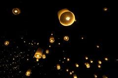 Drijvende lantaarns of Khom Loy stock foto's