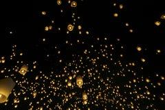 Drijvende lantaarns of Khom Loy royalty-vrije stock afbeeldingen