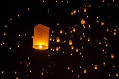 Drijvende lantaarns tijdens Yi Peng Festival in Chiang Mai Stock Afbeeldingen