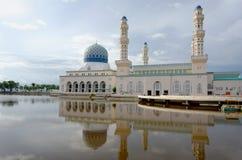 Drijvende moskee met bezinning over water royalty-vrije stock afbeelding