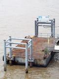 Drijvende passagierspijler voor de het kleine rivier schip van de overgangveerboot en boot van de vervoersnelheid Stock Afbeelding