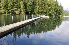 Drijvende promenadebrug op het meer Stock Foto