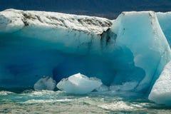 Drijvende reusachtige blauwe ijsschol in Prins William Sound, Alaska royalty-vrije stock fotografie