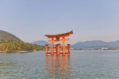 Drijvende toriipoort van Itsukushima-Heiligdom, Japan Lange blootstelling Royalty-vrije Stock Foto's