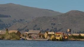 Drijvende uroshoeve, Meer Titicaca, Peru stock video