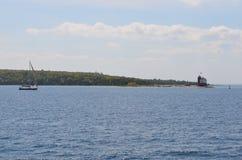 Drijvende Vuurtoren en zeilboot Royalty-vrije Stock Afbeeldingen