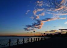 Drijvende wolken over de baai bij zonsondergang stock afbeeldingen