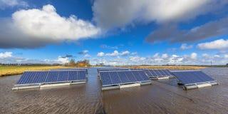Drijvende zonneeenheden op waterpanorama Royalty-vrije Stock Foto
