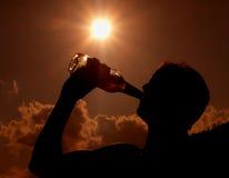 Driking een fles bier Stock Foto's