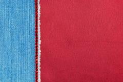 Dril de algodón adornado con los diamantes artificiales rojos que mienten en el satén Imagen de archivo