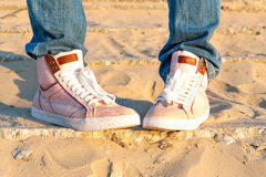 Dril de algodón rosado del adolescente/zapatos modernos de moda de los vaqueros outdoors Fotografía de archivo
