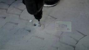 Drillborrbit i hål av betong arkivfilmer