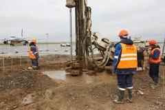 Drillborren bearbetar med maskin arbeten på flykt Royaltyfria Foton