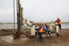 Drillborren bearbetar med maskin arbeten på flykt Royaltyfri Foto