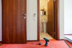 Drillborren och mätabandet är på golvet av lägenheten i hotellet under under-renovering, Arkivbild