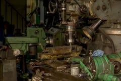 Drillborrplattformen är ett hjälpmedel för metallborrande arkivfoton