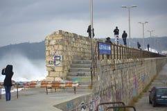 Drillsökare som ser vågor som översvämmar vågbrytaren Royaltyfria Bilder