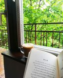 Dring dobra kawa Czyta dobre książki obraz stock