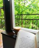 Dring ett bra kaffe Läs Biblarna fotografering för bildbyråer