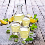 Drink av citronen arkivfoton