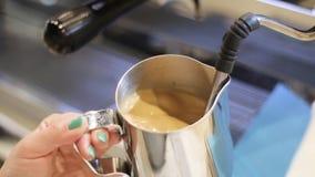 Drink Barista för kokhet choklad stock video