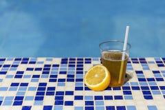 Drink de zomerpool van de citroenkleur royalty-vrije stock foto's