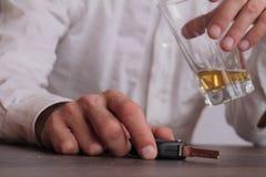 Drink en drijf geen concept Sluit omhoog van mensenhand het drinken bier en het houden van autosleutels Responsibly en veiligheid Royalty-vrije Stock Fotografie