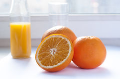 drink Exponeringsglas av orange fruktsaft och skivor av orange frukt på vit bakgrund Royaltyfria Foton