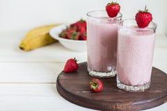 Drink för frukost för jordgubbebanansmoothie sund i exponeringsglas Royaltyfria Foton
