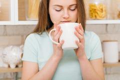 Drink för hem- hemtrevlighet för fritid kvinnlig favorit- fotografering för bildbyråer