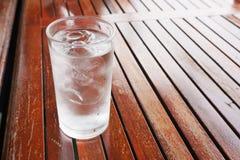 Drink för kallt vatten på tabellen royaltyfri foto
