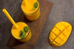 Drink för mangoLassi indisk mango med yoghurt Arkivfoto