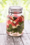 Drink för ny frukt för sommar frukt smaksatt vattenblandning med vatten mig Arkivbilder