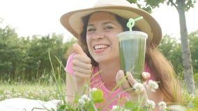 Drink för ung kvinna som utomhus rymmer den sunda detoxen lager videofilmer
