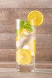 Drink för varma sommardagar Ny limefrukt- och citronlemonad Arkivbild
