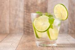 Drink för varma sommardagar Ny limefrukt- och citronlemonad med mi Arkivbilder