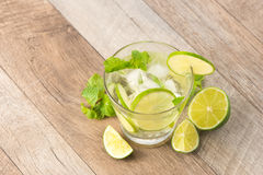 Drink för varma sommardagar Ny limefrukt- och citronlemonad med mi Royaltyfri Foto