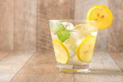 Drink för varma sommardagar Ny limefrukt- och citronlemonad med mi Fotografering för Bildbyråer