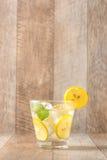 Drink för varma sommardagar Ny limefrukt- och citronlemonad med mi Royaltyfri Fotografi