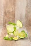 Drink för varma sommardagar Ny limefrukt- och citronlemonad med mi Royaltyfri Bild
