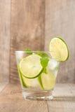Drink för varma sommardagar Ny limefrukt- och citronlemonad med mi Arkivbild