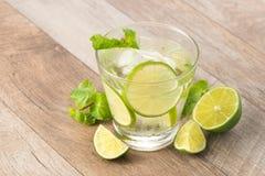 Drink för varma sommardagar Ny limefrukt- och citronlemonad med mi Arkivfoto