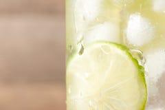 Drink för varma sommardagar Ny limefrukt- och citronlemonad valt Arkivfoto